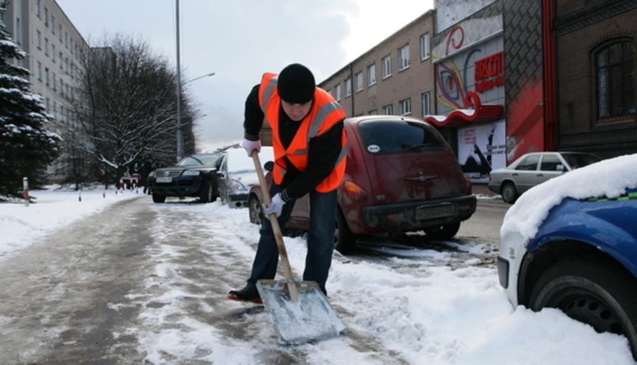 Калининградские дворники рассказали вице-мэру о своих мучениях и ржавых лопатах