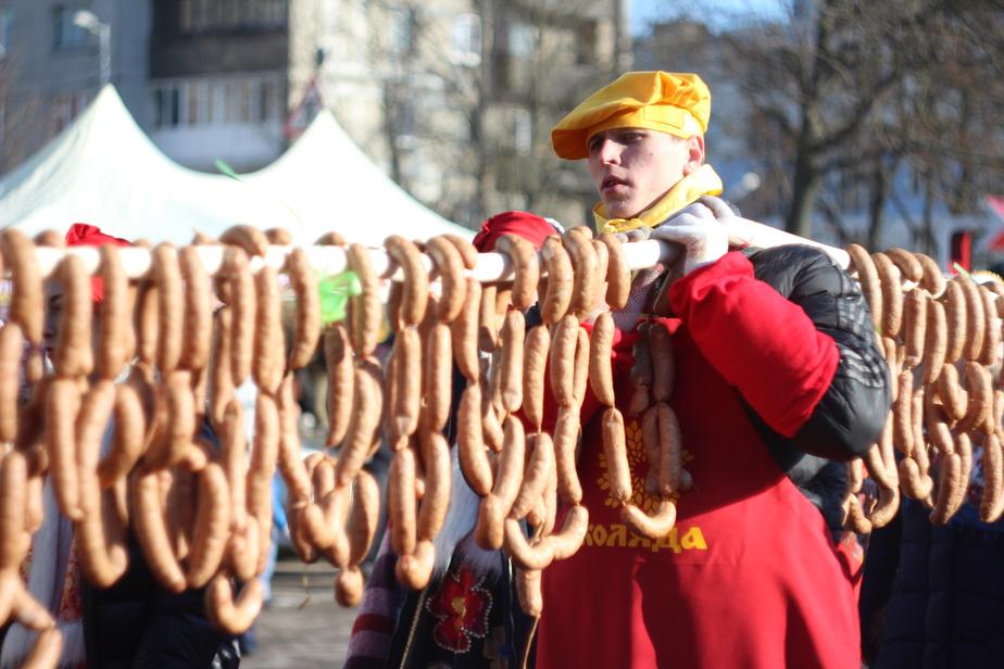 На фестивале в субботу калининградцы съели колбасу длиной 330 метров (фото) - Новости Калининграда