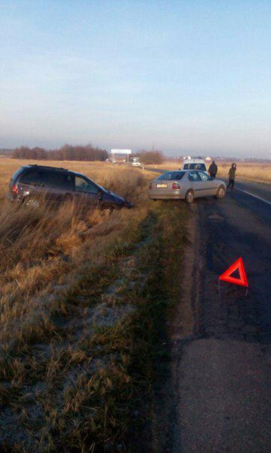 На пионерской трассе из-за гололеда вылетели с дороги две машины - Новости Калининграда