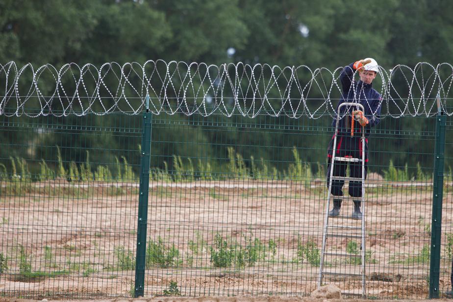 Латвия обносит колючей проволокой границу с Россией