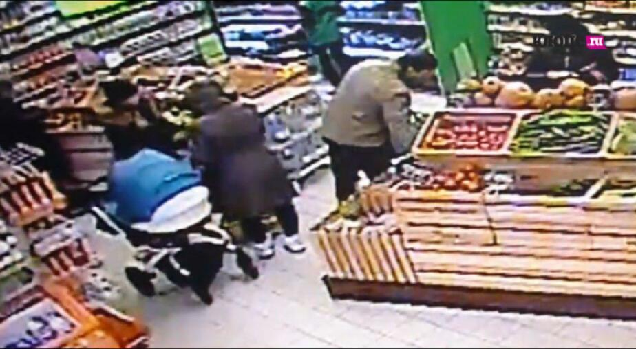 Посетительницы супермаркета забрали телефон, выпавший из кармана девушки (видео) - Новости Калининграда