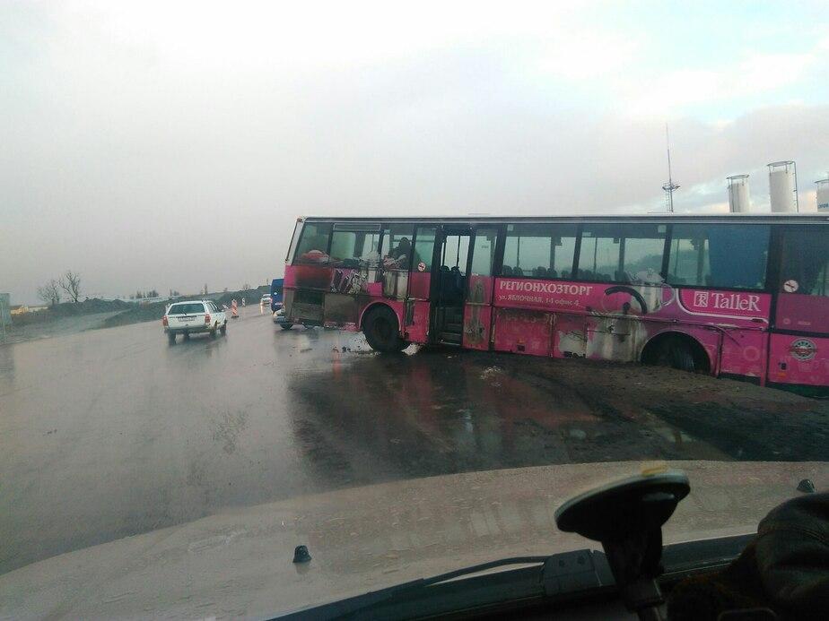 В Калининградской области из-за гололедицы в кювет улетели автобус, микроавтобус и легковушки