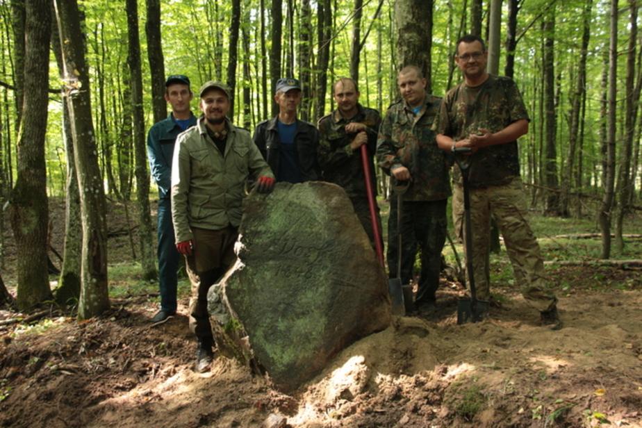 В Роминтской пуще вернули на место самый старый памятный камень  - Новости Калининграда