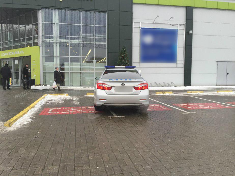 Водитель, ты судак: работник МЧС занял два паркоместа для инвалидов, чтобы сбегать за цветами