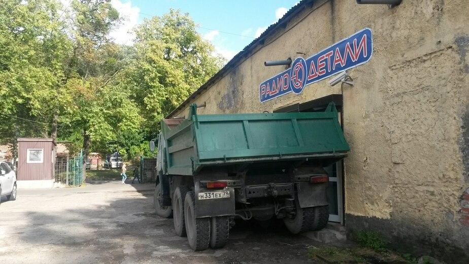 В Калининграде КАМАЗ заблокировал входную дверь в магазин - Новости Калининграда