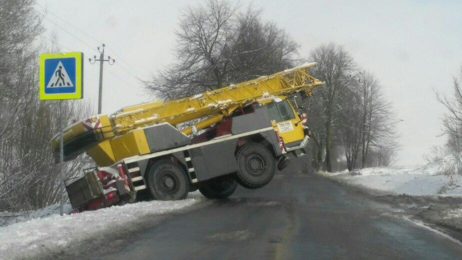 Очевидец: под Калининградом в кювет съехала автовышка (фото) - Новости Калининграда
