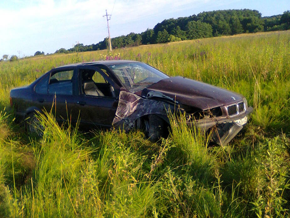 Машина БМВ сбила столб, обесточив половину Ладушкина - Новости Калининграда