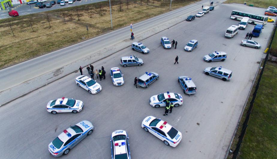 Сотрудники ГИБДД и ППС выстроили машины в форме восьмёрки, чтобы поздравить калининградок (видео)  - Новости Калининграда