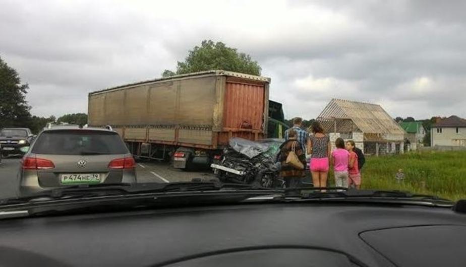На Окружной грузовик протаранил две машины из-за заклинившего колеса  - Новости Калининграда
