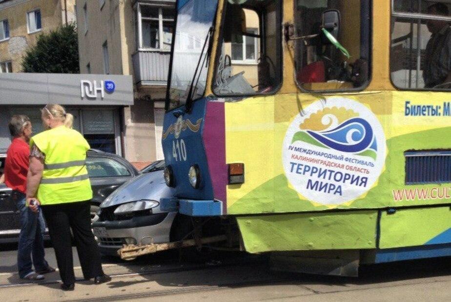 На Советском проспекте дорогу не поделили трамвай и легковушка - Новости Калининграда