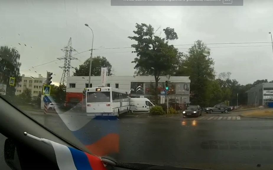 Появилось видео ДТП с участием пассажирского автобуса на ул. Гагарина у Citroen-центра - Новости Калининграда | Кадр с записи видеорегистратора очевидца