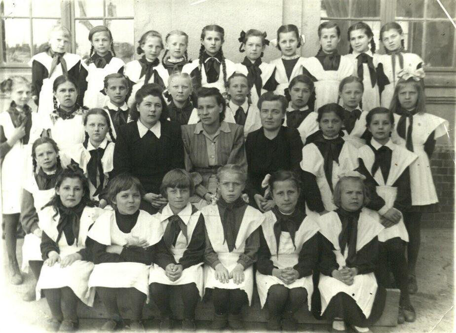 1947 год. Группа учениц калининградской женской школы №4 с учителями / Фото: Государственный архив Калининградской области (с)