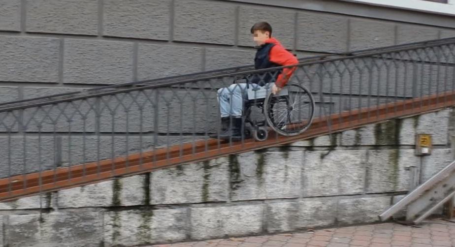 """""""Пандусы-убийцы"""": калининградские волонтёры проверили, легко ли передвигаться по городу в инвалидной коляске (видео) - Новости Калининграда   Кадр видеозаписи"""