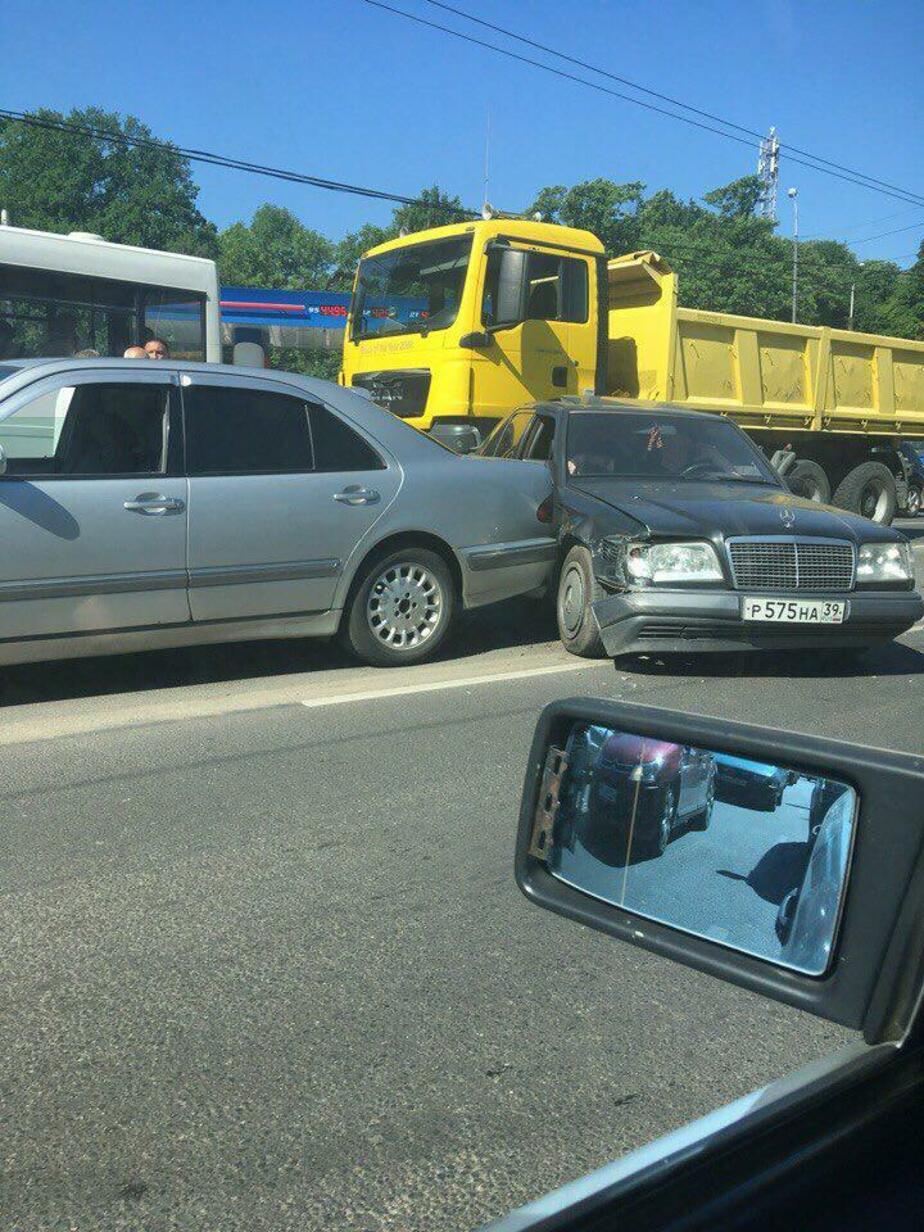 Из-за тройного ДТП на ул. Дзержинского образовалась пробка (фото) - Новости Калининграда   Фото: очевидец