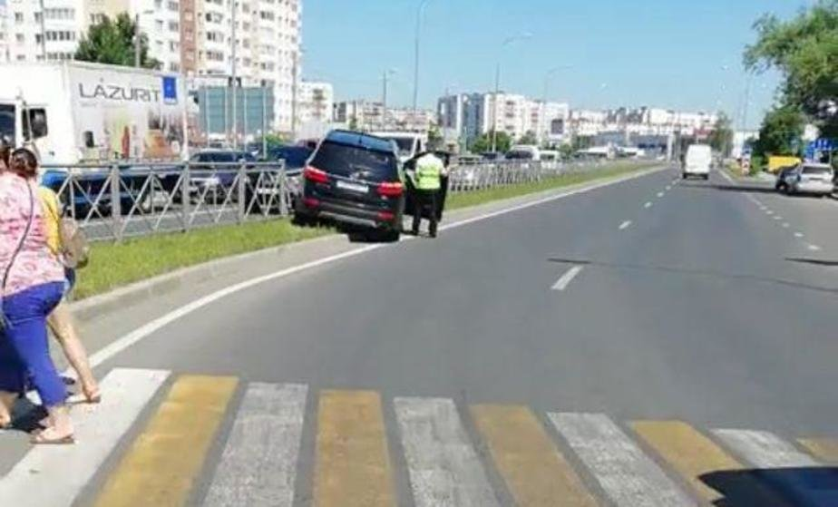 На Сельме Hyundai протаранил дорожное ограждение (видео) - Новости Калининграда | Скриншот видеозаписи
