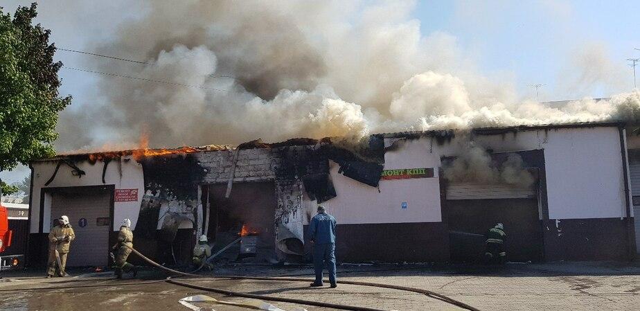 В Светлом загорелась автомобильная мастерская (фото, видео) - Новости Калининграда | Фото очевидца