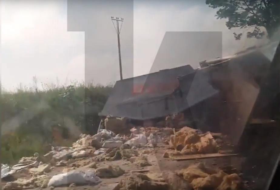 Под Зеленоградском перевернулся мусоровоз, водителя госпитализировали (видео) - Новости Калининграда | Кадр видеозаписи