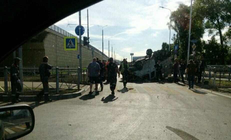 Собственник перевернувшегося на Восточной эстакаде грузовика ищет очевидцев аварии - Новости Калининграда | Фото: очевидец