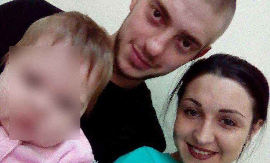 На фото погибший Сергей Атрощенко с женой и ребёнком   Фото из личного архива семьи Атрощенко