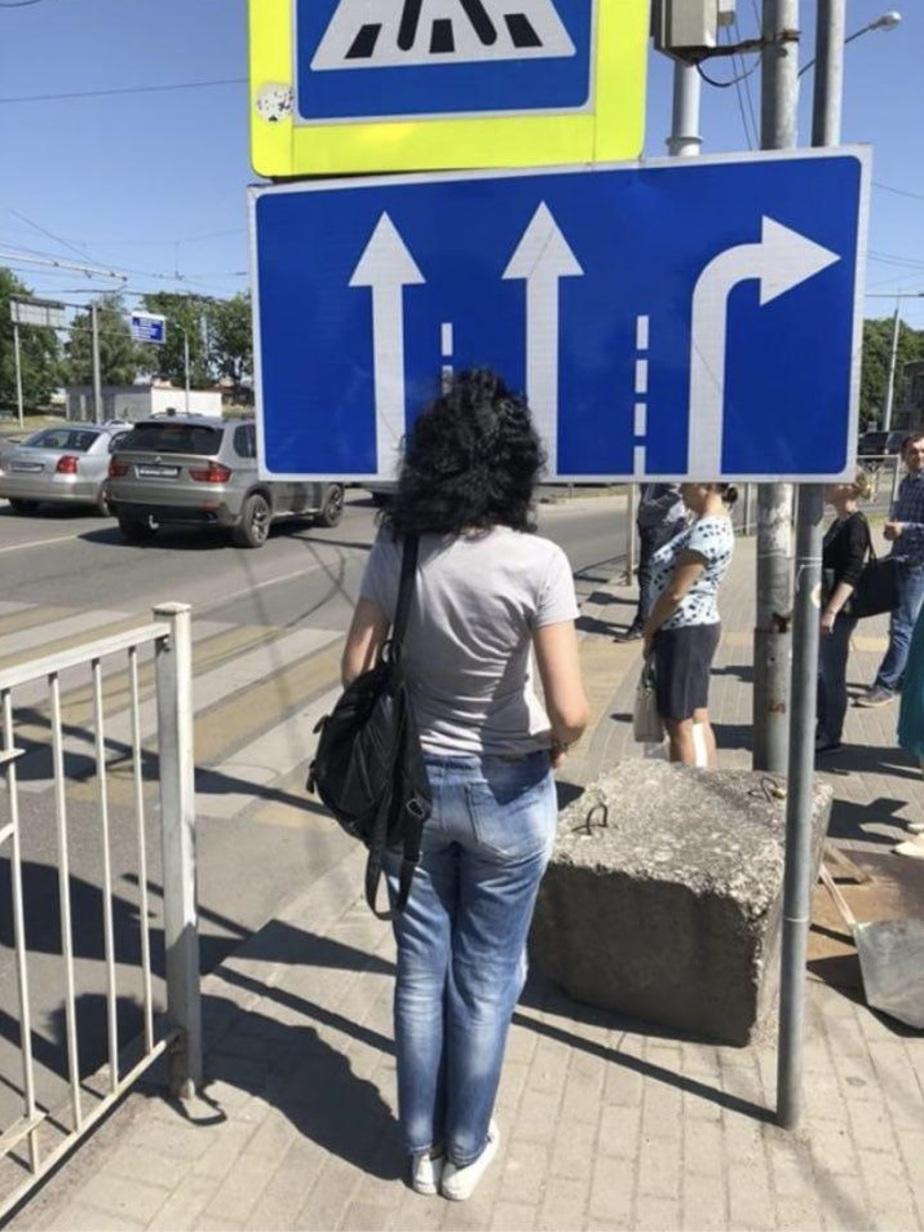 На тротуаре у Музея янтаря пешеход разбил голову о дорожный знак - Новости Калининграда | Фото: очевидец