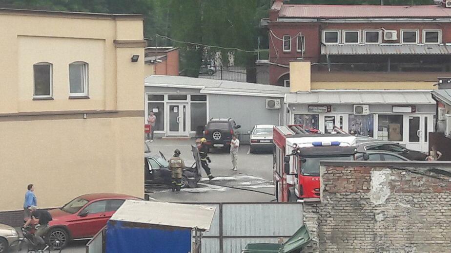 Очевидцы: возле Восточной эстакады загорелся BMW (фото, видео) - Новости Калининграда | Фото: очевидец