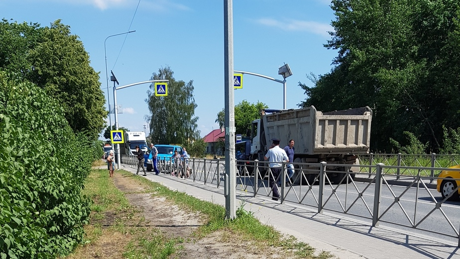 На светловской трассе пешеход попал под колёса уступавшего ему дорогу автомобиля - Новости Калининграда | Фото очевидца
