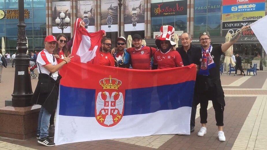 В Калининграде болельщики Сербии и Швейцарии вместе фотографируются на фоне флагов (видео) - Новости Калининграда | Кадр видеозаписи очевидца