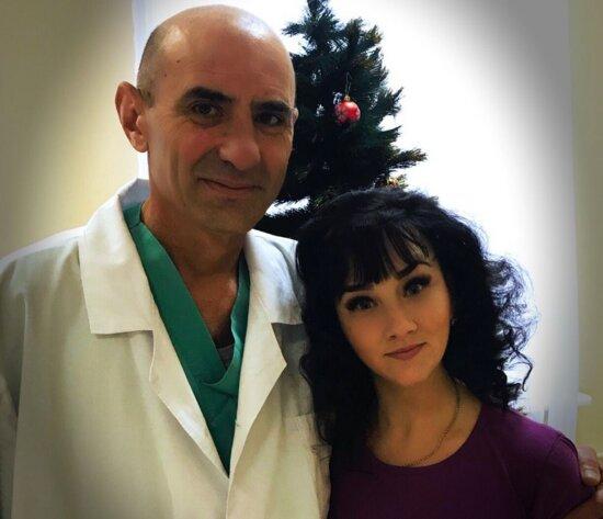 На фото Александр вместе со своей пациенткой | Фото из личного архива семьи