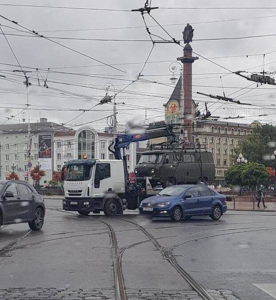 На площади Победы эвакуатор зацепил провода, остановились троллейбусы (фото) - Новости Калининграда | Фото: очевидец