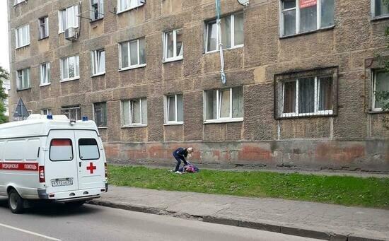 В больнице скончалась калининградка, спускавшаяся из окна третьего этажа по связанному белью - Новости Калининграда | Фото: очевидец