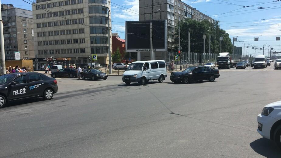 Движение на перекрёстке ул. Фрунзе и 9 Апреля встало из-за ДТП - Новости Калининграда   Фото: очевидец