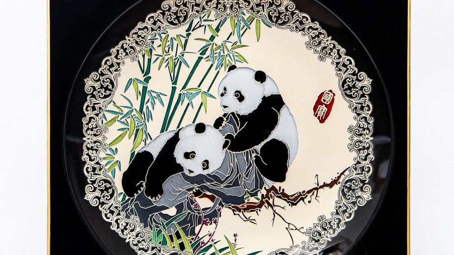 Один из проданных лотов: Сувенирная тарелка с изображением панд  | Фото: пресс-служба правительства Калининградской области