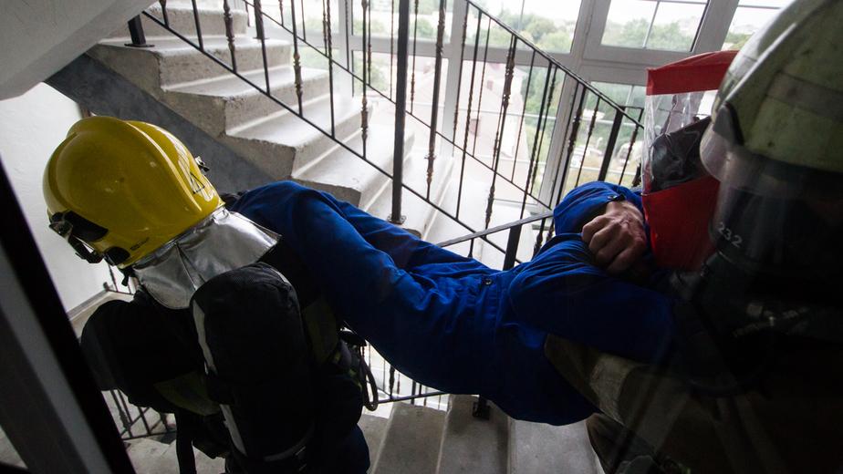 """В Балтийске пожарные спасли двух человек из горящей квартиры - Новости Калининграда   Архив """"Клопс"""""""