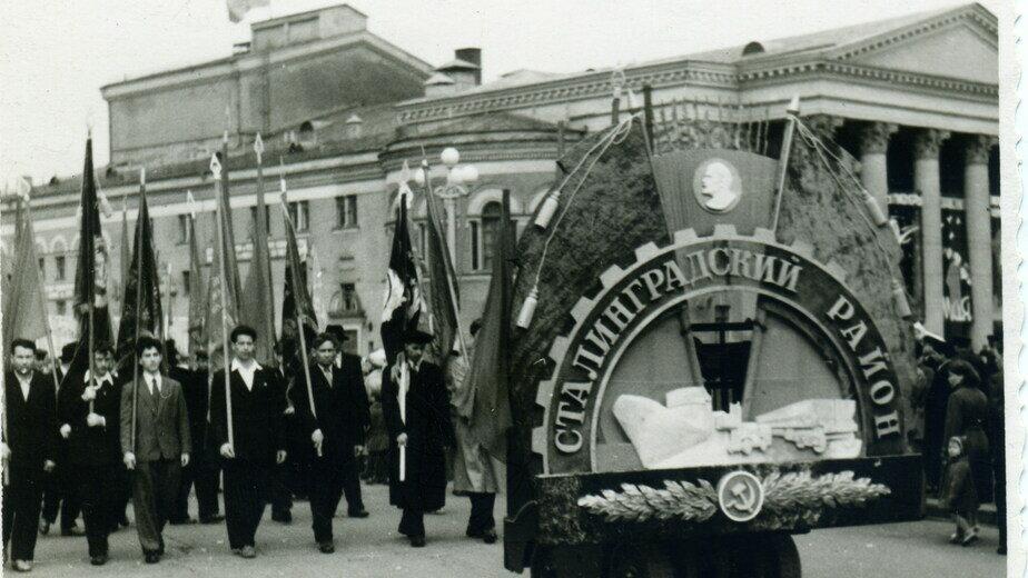 Трудящиеся Сталинградского района на первомайской демонстрации. Начало 1960-х | Фото из семейного альбома Н.А, Чебуркина