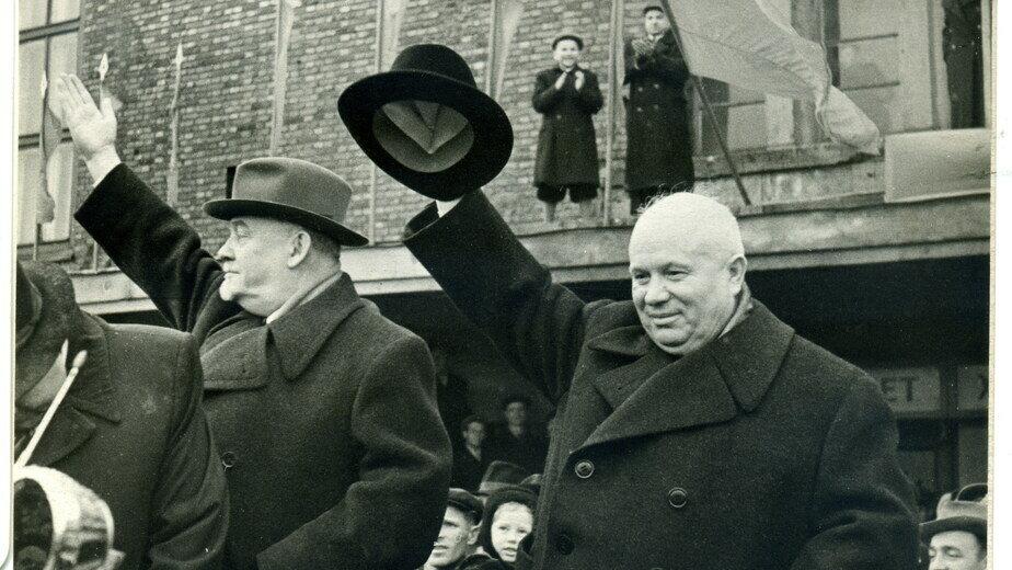 Южный вокзал. Н.С. Хрущёв и Н.И. Булганин перед визитом в Великобританию, 15 апреля 1956 года  | Фото из семейного альбома Н.И. Макаренко