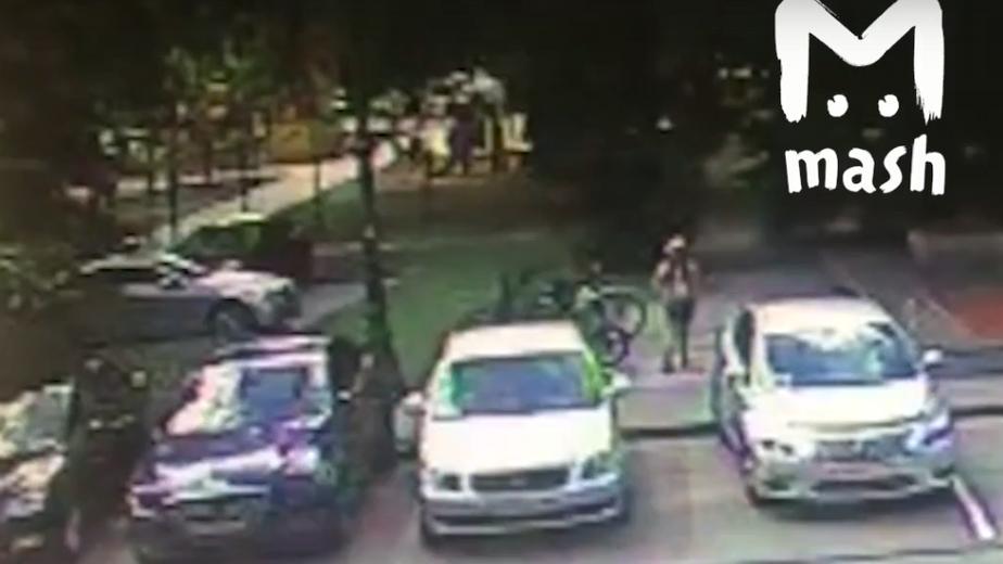 В Калининграде десятилетняя девочка угнала велосипед от здания регионального правительства (видео) - Новости Калининграда | Кадр видеозаписи Mash