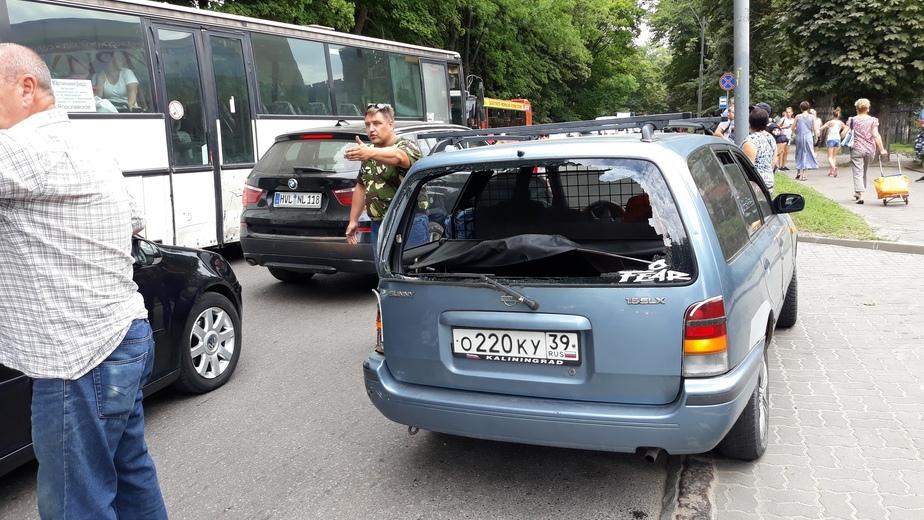 На Литовском валу легковушка столкнулась с автобусом - Новости Калининграда | Фото: Никита Парфентьев