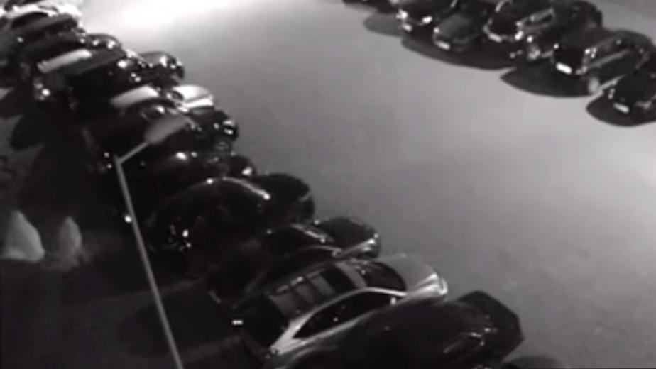 На Малой Лесной двое в белых балахонах подожгли припаркованное авто (видео) - Новости Калининграда | Фото: кадр из видео