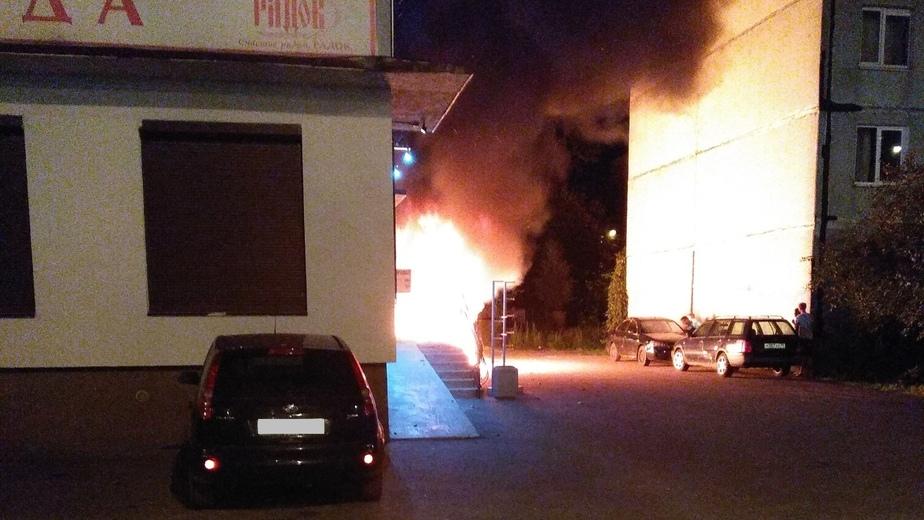 В Калининграде на ул. Гайдара сгорел Volkswagen Touareg (фото, видео) - Новости Калининграда   Фото очевидца