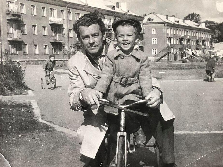 Дом на Курортной. Маленький Юра Павлов с отцом | Фото из личного архива героя публикации