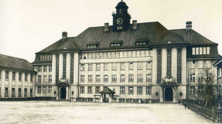 Здание бывшей двойной народной школы имени Кристиана Крауса и Теодора Гиппеля. 1930-40 годы. | Фото:  Бильдархив