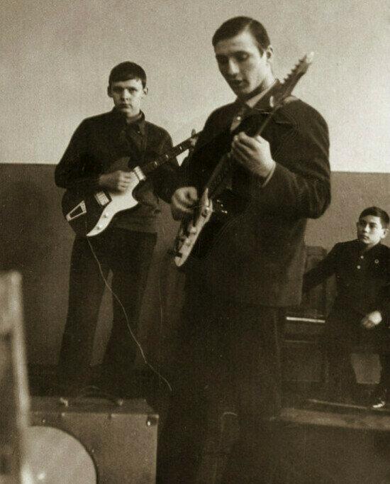 Борис Дриго (на заднем плане) гитарист на танцах в школе. 1967 год | Фото: личный архив Бориса Дриго