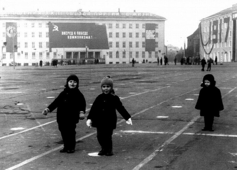 Дети играют в парад на площади Победы | Фото: личный архив Анатолия Бахтина