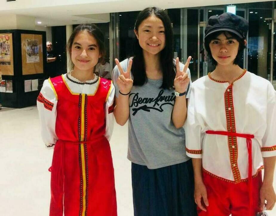 Кеничиро (справа) с сестрой (слева) представляли русскую культуру в Японии | Фото: личный архив семьи