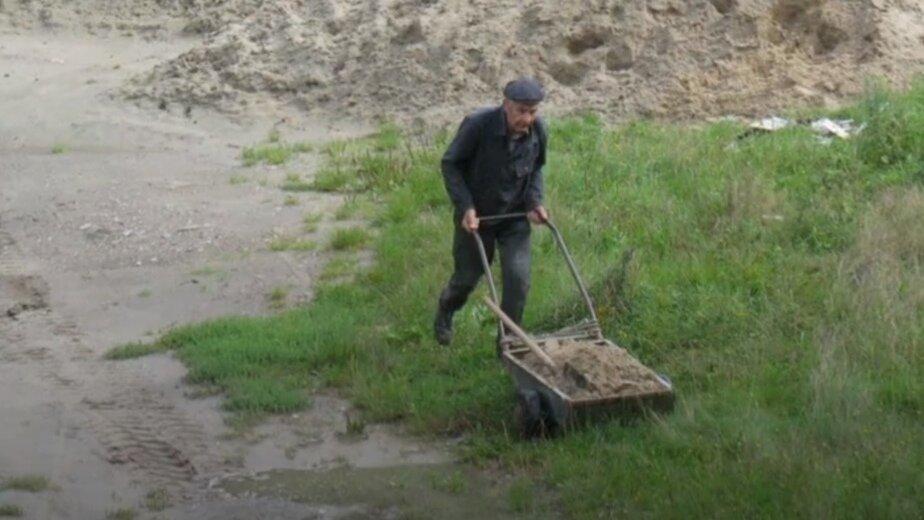 В Светлогорске 80-летний житель сам построил 200 метров дороги - Новости Калининграда | Фото: кадр из видео