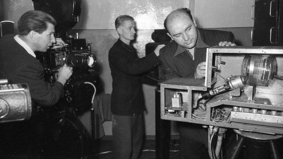 Технические сотрудники калининградской студии телевидения готовятся к передаче. Год неизвестен |  Фото: Государственный архив Калининградской области