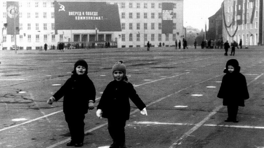 Дети на площади Победы играют в парад. Год неизвестен | Фото: частная коллекция А. Бахтина