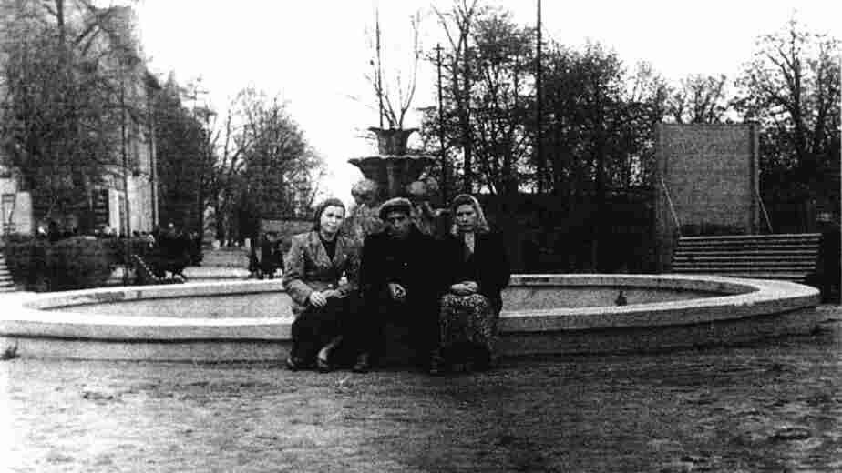 1962 год, улица Киевская. Когда-то возле кинотеатра Родина был фонтан | Фото: частная коллекция