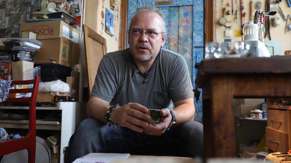 Александр Юрицын у себя в мастерской |  Фото: Александр Матвеев