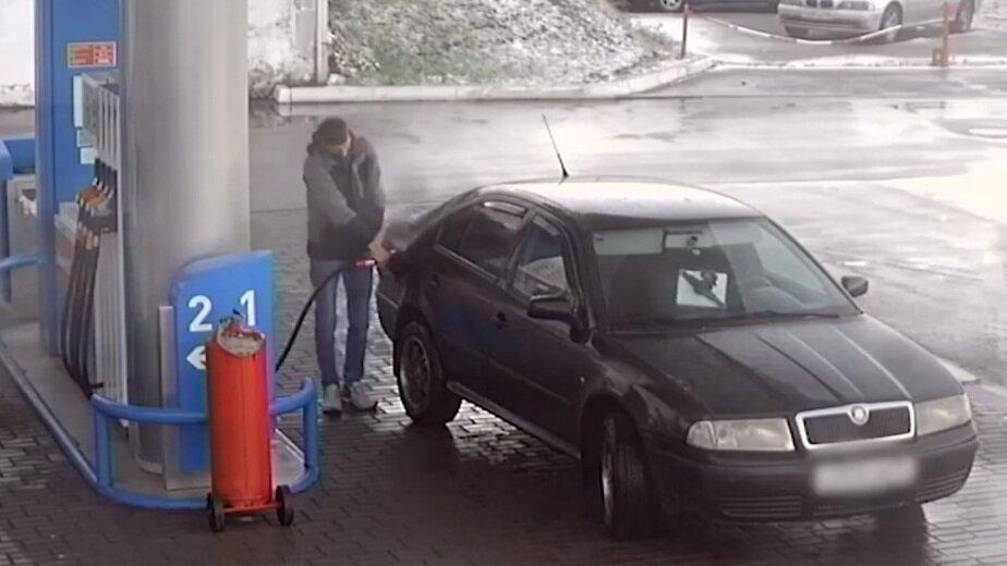В Калининграде автомобилист за месяц девять раз заправился и не оплатил бензин (видео) - Новости Калининграда | Кадр видеозаписи пресс-службы регионального УМВД
